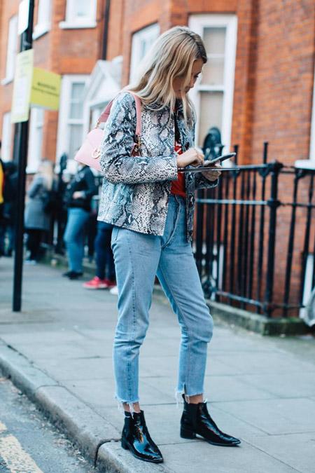 Модель в голубых джинсах и куртке из змеиной кожи, фото Sandra Semburg