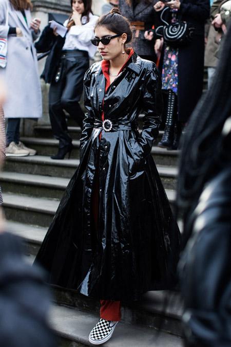 Модель в лакированном черном плаще, фото Sandra Semburg