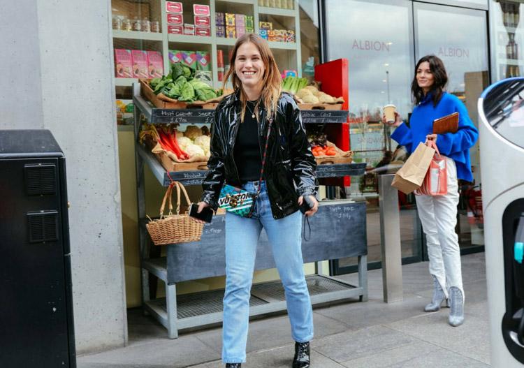 Модель в лакированой куртке и голубых джинсах, фото Phil Oh