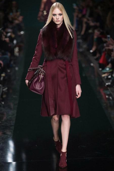model-v-palto-tsveta-marsala