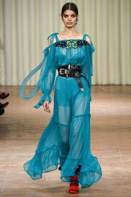 Модель в синем платье от alberta ferretti
