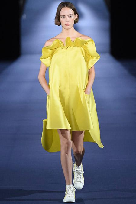 Модель в желтом платье с рюшами от alexis mabille