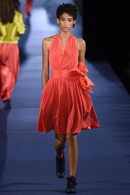 Модель в розовом платье с треугольным вырезом от alexis mabille