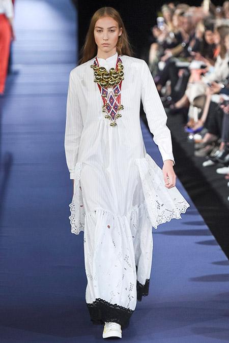 Модель в белом длинном платье от alexis mabille