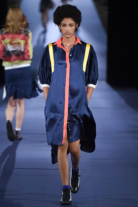 Модель в темно-синем платье от alexis mabille