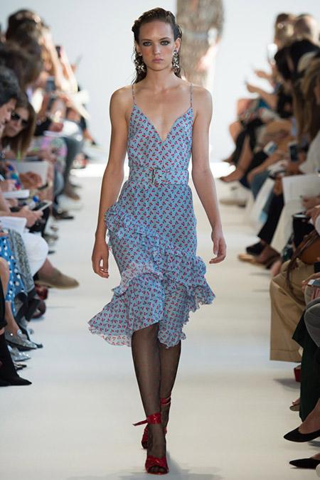 Модель в голубом платье с рюшами от altuzarra