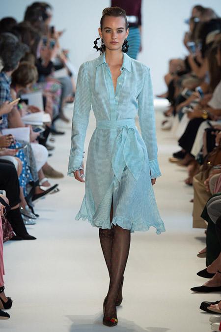 Модель в голубом платье с длинными рукавами от altuzarra