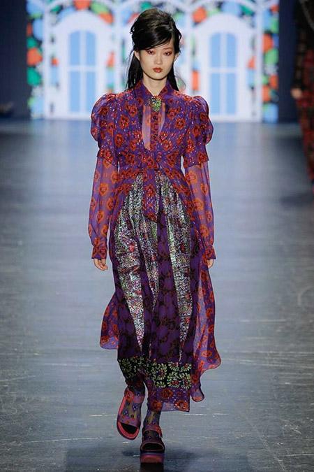 Модель в фиолетовом платье с красными цветами от anna sui