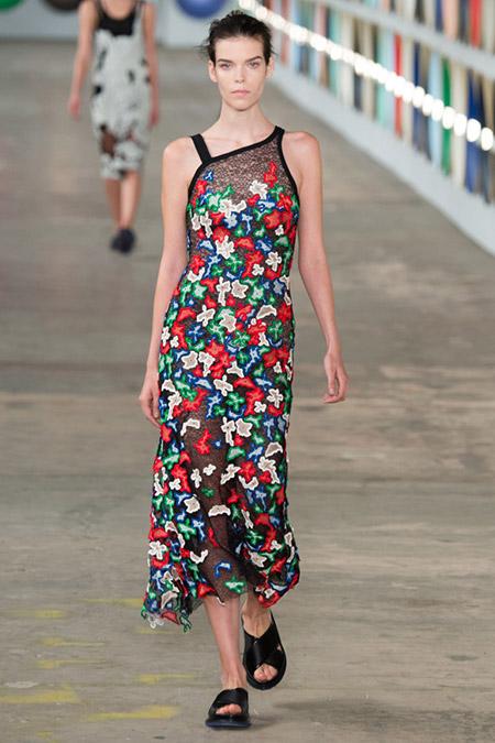 Модель в платье с разноцветными цветами от boss hugo boss