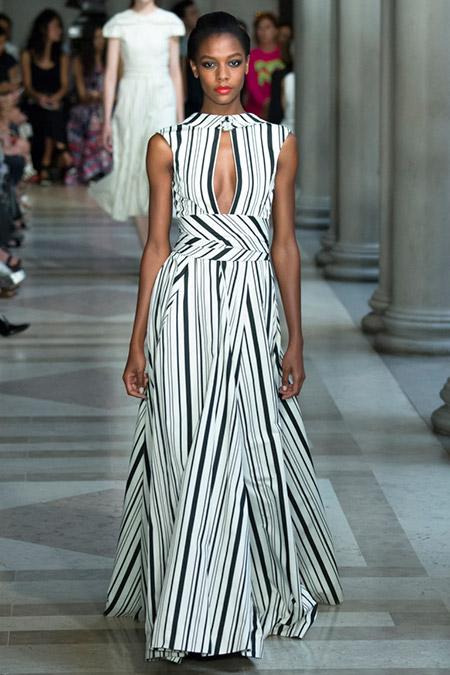 Модель в белом платье в черную полоску от carolina herrera