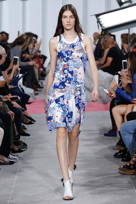 Модель в бело-синем платье от carven