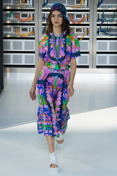 Модель в пестром платье миди от chanel
