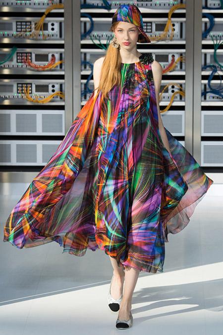 Модель в широком платье от chanel