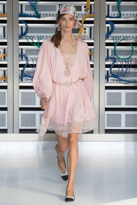Модель в нежном платье с кружевами от chanel