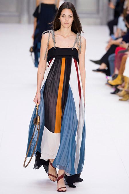Модель в плиссированом платье макси от chloe