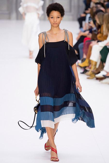 Модель в летнем платье на лямках от chloe