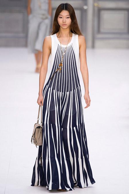 Модель в черно-белом платье от chloe
