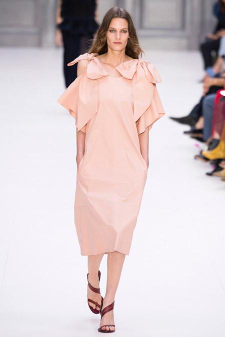 Модель в бежевом платье с бантами на плечах от chloe
