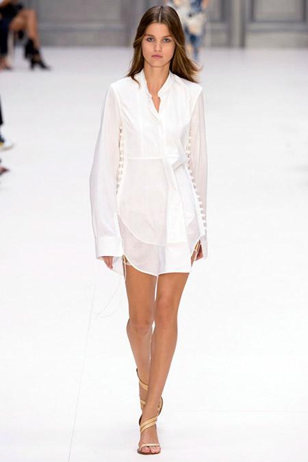 Модель в белом платье с длинными рукавами от chloe