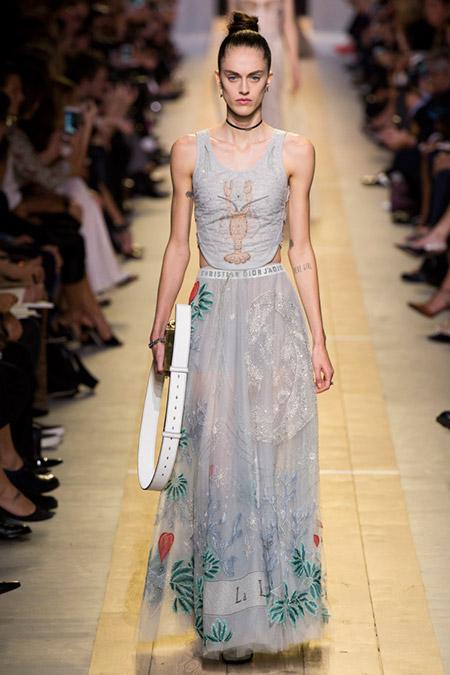 Модель в сером платье от christian dior