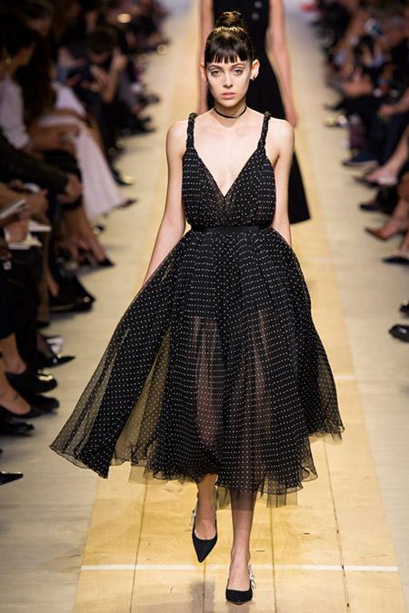 Модель в черном пышном платье от christian dior
