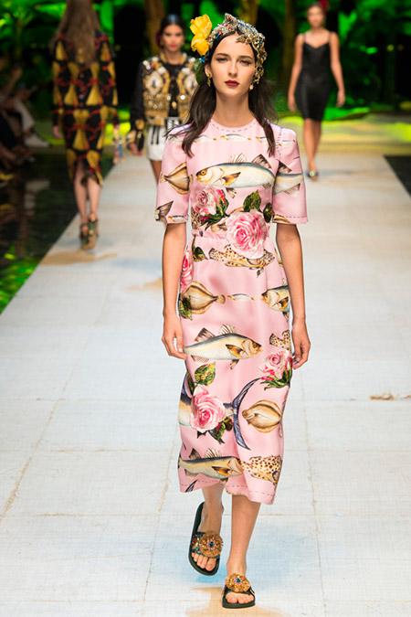 Модель в розовом платье с принтом цветы и рыбы от dolce gabbana
