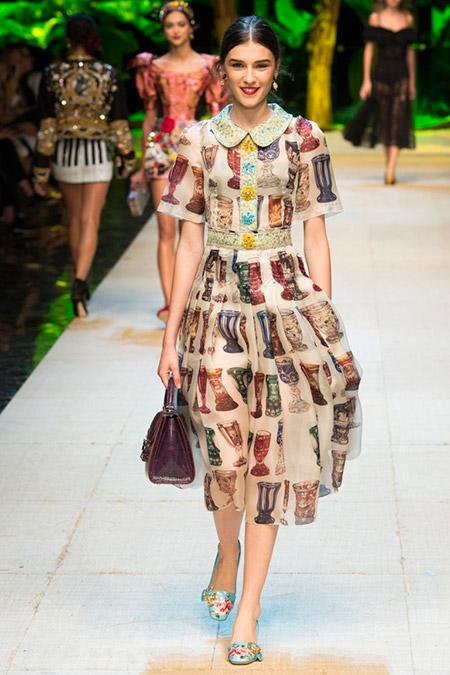 Модель в бежевом платье с принтом от dolce gabbana
