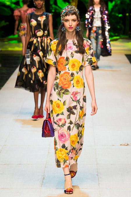 Модель в платье с желтыми цветами от dolce gabbana