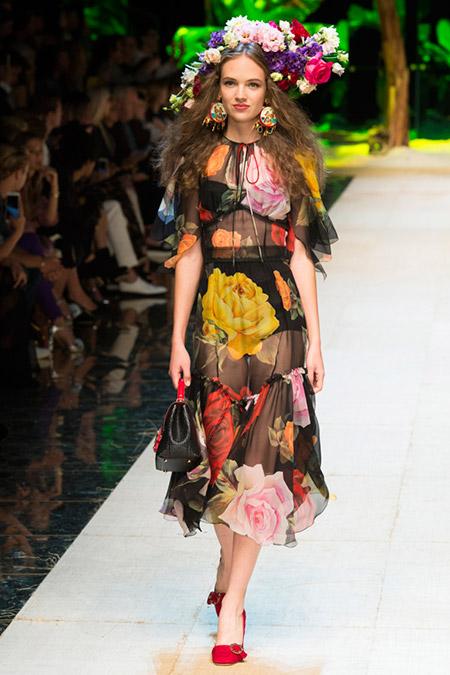 Модель в черном полупрозрачном платье с большими цветами от dolce gabbana