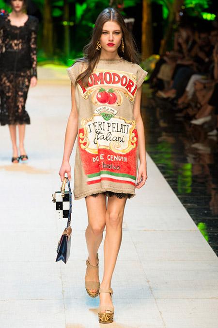 Модель в платье персикового цвета с надписями от dolce gabbana