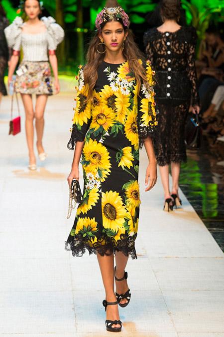 Модель в платье с желтыми подсолнухами от dolce gabbana