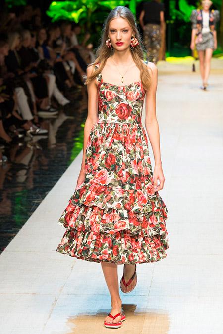 Модель в платье с красными цветами от dolce gabbana