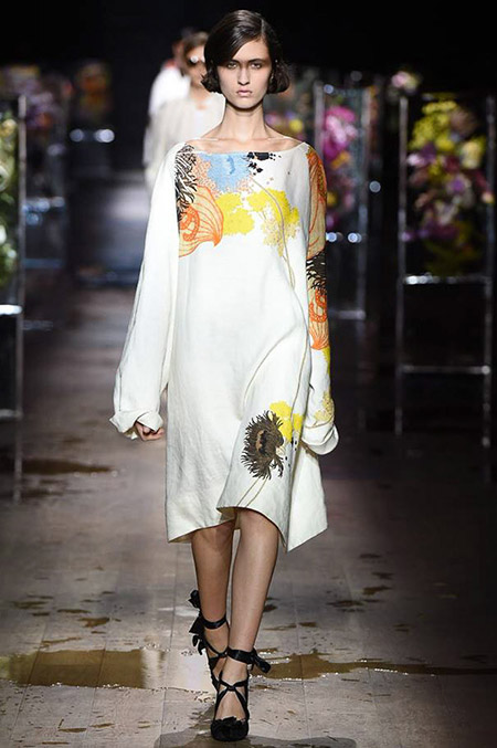 Модель в платье свободного кроя от dries van noten