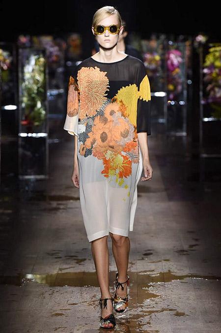 Модель в черно-сером платье с цветами от dries van noten