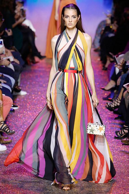 Модель в разноцветном платье вертикальную полоску от elie saab