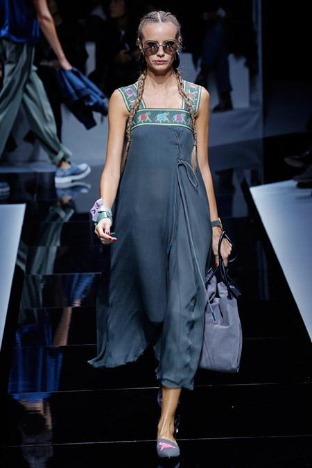 Моель в синем платье от emporio armani
