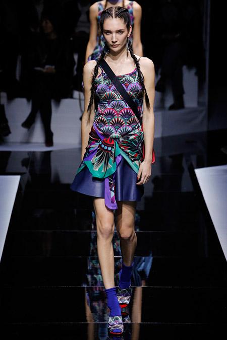 Модель в фиолетовом платье с принтом от emporio armani
