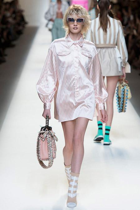 Модель в платье рубашка от fendi