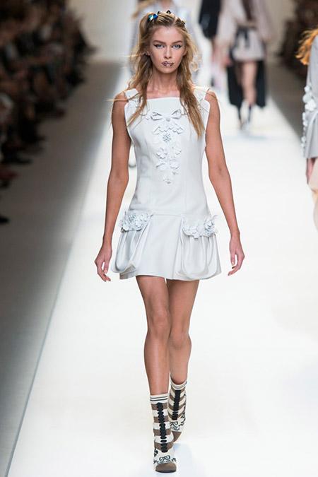 Модель в белом платье с накладными карманами от fendi