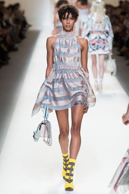 Модель в платье в горизонтальную полоску от fendi