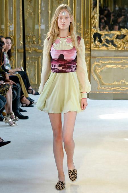 Модель в легком шифоновом платье от giamba