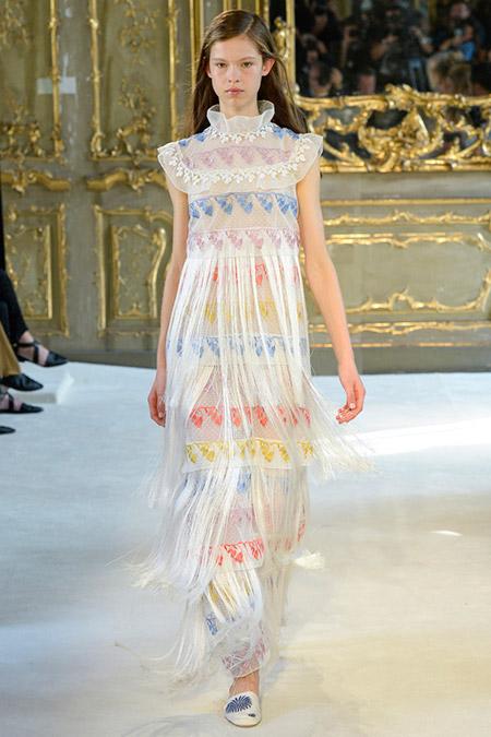 Модель в длинном платье с высоким воротником от giamba