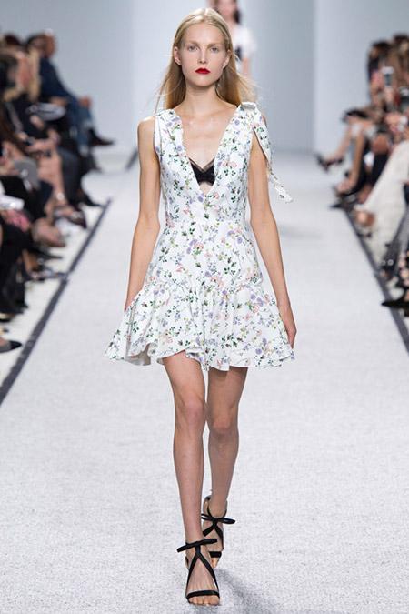 Модель в белом платье с цветами от giambattista valli
