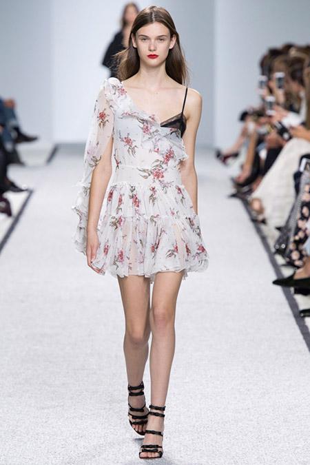 Модель в легком платье в цветочек от giambattista valli