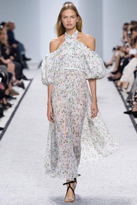 Модель в белом платье с мелкими цветами от giambattista valli