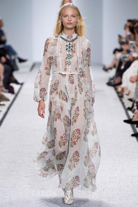Модель в белом полупрозрачном платье с принтом от giambattista valli