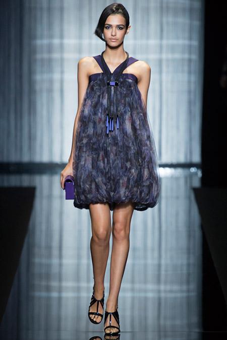 Модель в пышном платье от giorgio armani