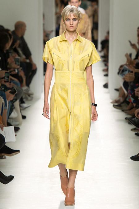 Модель в желтом платье на молнии от hermes