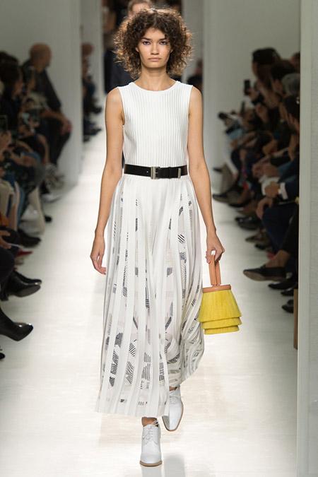 Модель в белом платье без рукавов от hermes