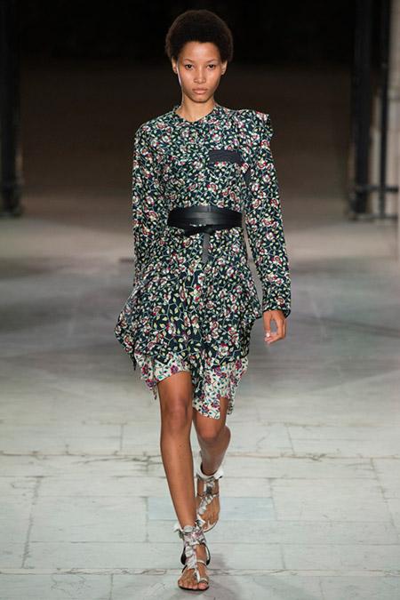 Модель в платье в мелкий цветочек с черным поясом от isabel marant